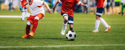 Dzia?aj?cy Futbolowi gracze pi?ki no?nej Futbolowy pojedynek Między Młodymi graczami zdjęcie royalty free