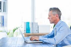 działanie laptopa komputerowy biznesmena Zdjęcie Stock