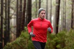 Działający mężczyzna w lasowy drewien trenować Fotografia Royalty Free