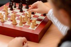 Dziad bawić się szachy z małą dziewczynką Obraz Royalty Free