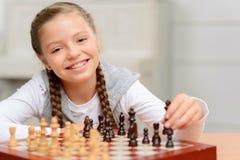 Dziad bawić się szachy z małą dziewczynką Zdjęcie Stock