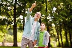 Dziad i chłopiec wskazuje up przy lato parkiem Zdjęcie Royalty Free