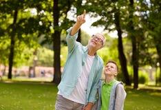 Dziad i chłopiec wskazuje up przy lato parkiem Zdjęcia Royalty Free