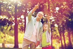 Dziad i chłopiec wskazuje up przy lato parkiem Fotografia Royalty Free