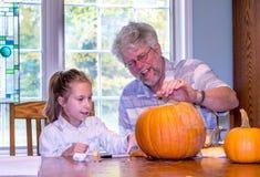Dziad i dziecko egzamininujemy dźwigarki o lampion fotografia royalty free