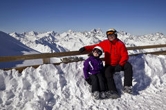 Dziad i dziewczyna cieszy się zima sporty Obrazy Stock