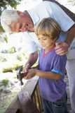 Dziad I Grandsonon Buduje Drzewnego dom Wpólnie Obrazy Royalty Free