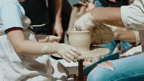 Dziad i jego śliczna wnuczka wykonuje ręcznie garnek wpólnie przy garncarstwem zbiory