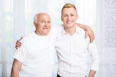 Dziad i wnuk obejmuje each inny Zdjęcia Stock