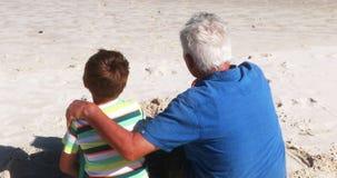 Dziad i wnuk oddziała wzajemnie z each inny przy plażą zbiory