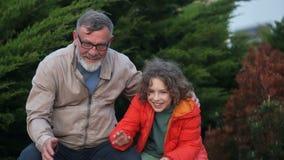 Dziad i wnuk skiniemy jej pies rodzinny szcz??liwy zwierz? domowe Jesieni wiosny weekend w parku zbiory wideo