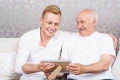 Dziad i wnuk z fotografią w ramie Zdjęcia Royalty Free