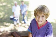 Dziad, ojciec I syn Buduje Drzewnego dom Wpólnie, Obraz Royalty Free
