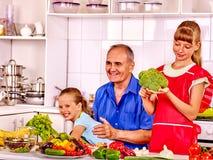 Dziad z dzieciakami gotuje przy kuchnią Obraz Royalty Free