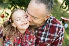 Dziad z wnuczką z Apple w Jabłczanym sadzie fotografia royalty free