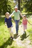 Dziad Z wnukami Biega Przez wsi Fotografia Royalty Free