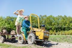 Dziadek bierze babcia dla przejażdżki na ciągnikowej przyczepie przez wś Zdjęcie Royalty Free