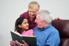 dziadek czytanie książki Zdjęcie Royalty Free