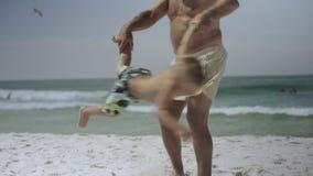 Dziadek i jego wnuk zabawę na plaży 4k zbiory