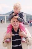 Dziadek mienie wnuczka zdjęcia stock