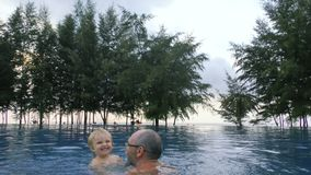 Dziadek sztuki z małą dziewczynką w basenie zbiory wideo