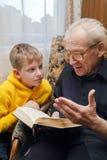 dziadek wnuk jego czytanie Fotografia Royalty Free