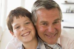 dziadek wnuk w domu uśmiecha się Obraz Royalty Free