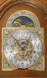 Dziadek zegarowej twarzy drewnianej skrzynki księżyc poruszająca tarcza Zdjęcie Stock