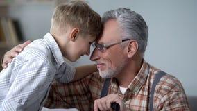 Dziadka i chłopiec oparci czoła wpólnie, wizyta na weekendzie, rodzinna miłość zdjęcie royalty free