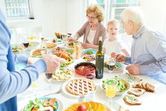 Dziadkowie Cieszy się Rodzinnego gościa restauracji w świetle słonecznym Obrazy Stock