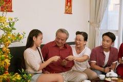 Dziadkowie daje pieniądze kopertom fotografia stock