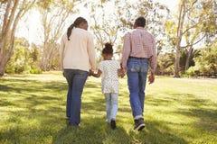 Dziadkowie I wnuczki odprowadzenie W parku Wpólnie Fotografia Royalty Free