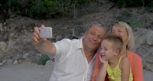 Dziadkowie i wnuk bierze mobilnego selfie zbiory wideo
