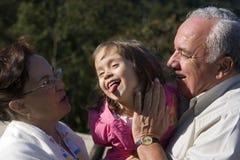 dziadkowie wnuczka. Zdjęcia Royalty Free