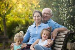 Dziadkowie z cutes wnukami fotografia stock
