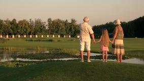 Dziadkowie z wnuczką chodzi blisko wody zbiory wideo