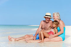 Dziadkowie Z wnuczką Cieszy się Plażowego wakacje Fotografia Stock