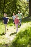 Dziadkowie Z wnukami Biega Przez wsi Fotografia Royalty Free