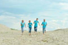 Dziadkowie z wnukami na plaży obraz royalty free