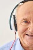 Dziadunio słucha muzyka zdjęcie stock