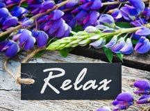 Dzicy kwiaty i etykietka z tekstem relaksują Zdjęcia Royalty Free