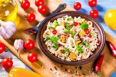 Dzicy ryż z owoce morza i brokułami w pucharze, zakończenie Fotografia Royalty Free
