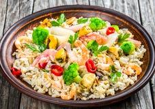 Dzicy ryż z owoce morza i brokułami w pucharze, zakończenie Obraz Royalty Free