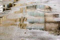 dzień deszcz Odbicie w kałuży na miasto ulicie podczas deszczu Zdjęcia Stock