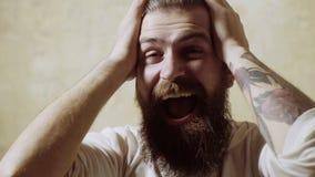 Dzień dobry ja Przystojny młody człowiek dotyka jego włosy z ręką i ono uśmiecha się podczas gdy stojący przed lustrem zdjęcie wideo