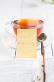 Dzień dobry z uśmiechem i filiżanki herbatą Zdjęcie Royalty Free