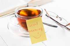 Dzień dobry z uśmiechem i filiżanki herbatą Fotografia Royalty Free