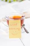 Dzień dobry z uśmiechem i filiżanki herbatą Obraz Royalty Free