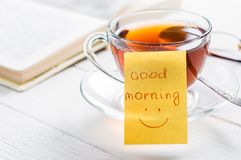 Dzień dobry z uśmiechem i filiżanki herbatą Obrazy Royalty Free