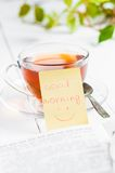 Dzień dobry z uśmiechem i filiżanki herbatą Zdjęcia Royalty Free
